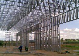 Vyrobna-hala-z-ocelovej-konstrukcie-montaz