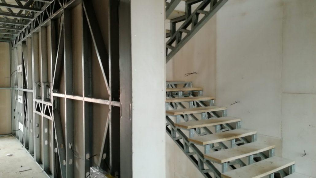Lahka-ocelova-konstrukcia-interier-oplastenie